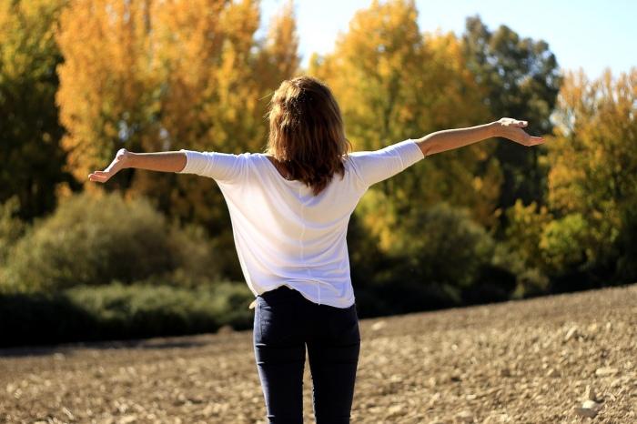 接觸空氣,呼吸並非單純靠肺部來呼吸,全身的皮膚也有在呼吸。